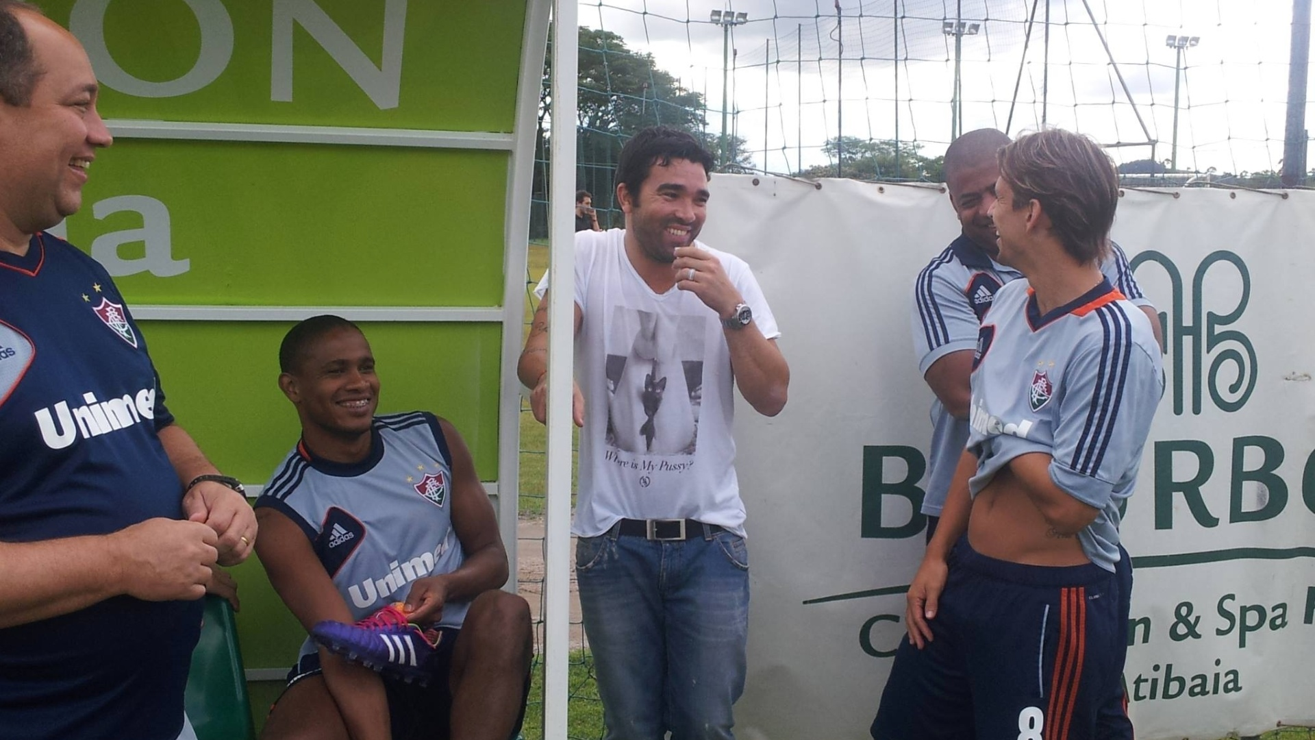 Deco conversa com jogadores do Fluminense durante visita a treinamento do time em Atibaia-SP