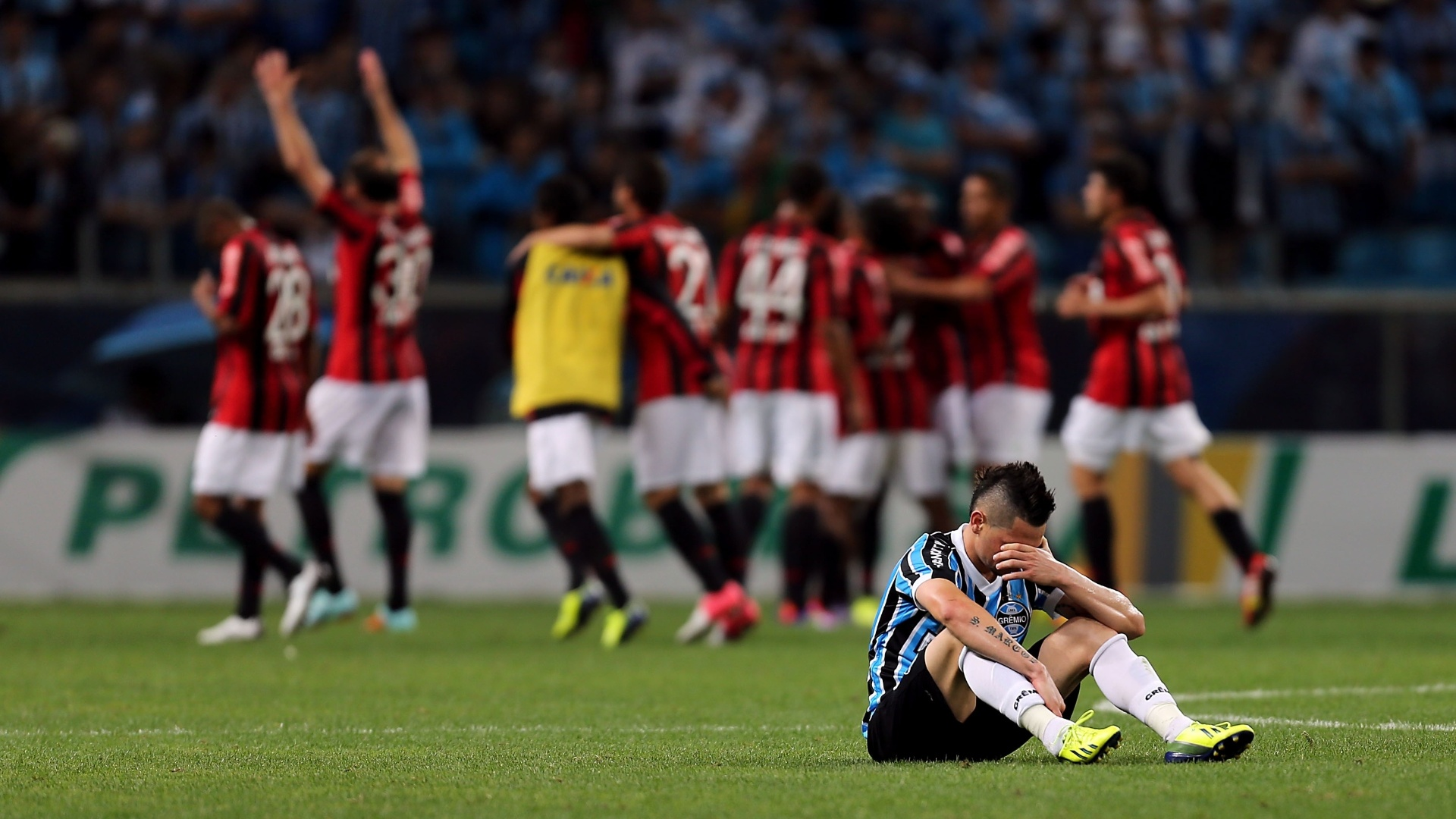 Pará chora enquanto jogadores do Atlético-PR comemoram classificação para final