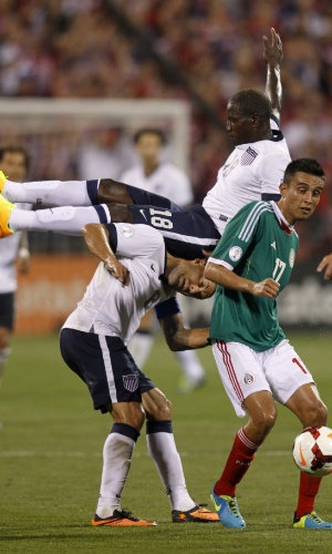 10.set.2013 - Eddie Johnson (no alto) leva a pior ao trombar com Clint Dempsey durante a vitória por 2 a 0 sobre o México pelas eliminatórias da Copa do Mundo-2014