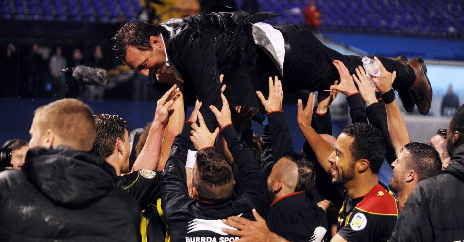 11.out.2013 - Jogadores da Bélgica carregam o técnico Marc Wilmots após a classificação da equipe para a Copa do Mundo-2014 com a vitória por 2 a 1 sobre a Croácia
