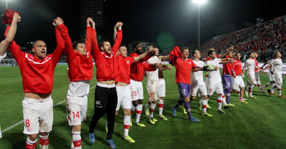 11.out.2013 - Jogadores da Suíça agradecem aos torcedores pelo apoio durante a vitória por 2 a 1 sobre a Albânia, que classificou a equipe para a Copa do Mundo-2014