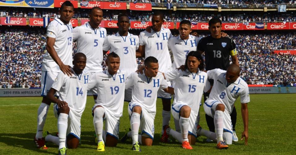 11.out.2013 - Jogadores de Honduras posam para tradicional foto antes da partida contra a Costa Rica pelas eliminatórias da Copa-2014
