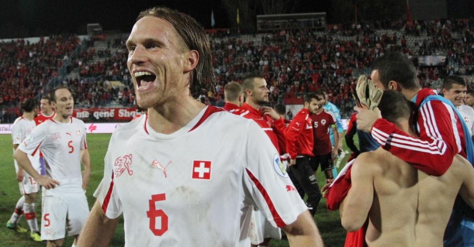 11.out.2013 - Michael Lang comemora a classificação da Suíça para a Copa do Mundo-2014 após a vitória por 2 a 1 sobre a Albânia