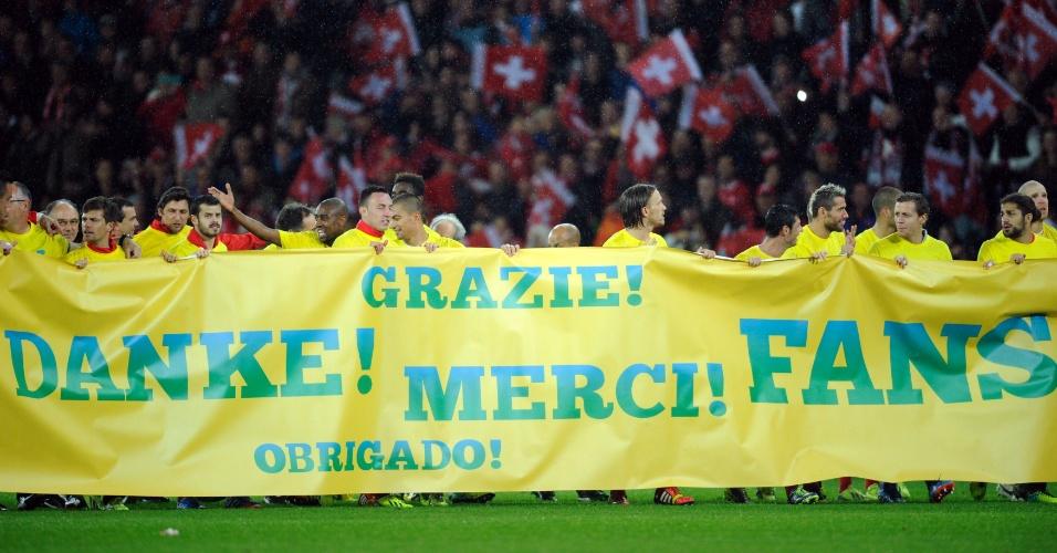 15.out.2013 - Após a vitória por 1 a 0 sobre a Eslovênia, jogadores da Suíça exibem faixa em vários idiomas como forma de agradecimento aos torcedores pelo apoio durante as eliminatórias da Copa do Mundo-2014