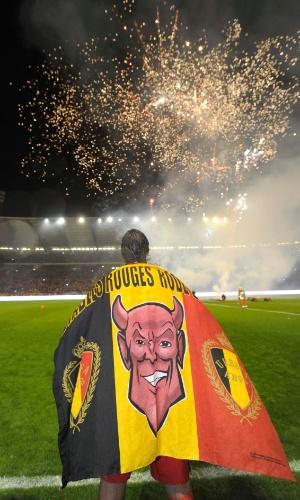 15.out.2013 - Daniel van Buyten, zagueiro da Bélgica, acompanha a festa da torcida após o empate por 1 a 1 contra País de Gales; seleção já havia se classificado de forma antecipada para a Copa-2014
