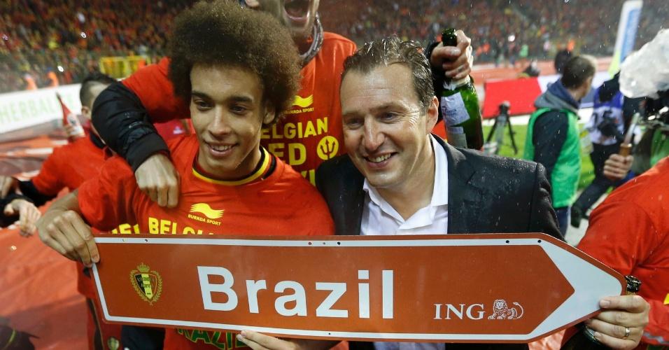 15.out.2013 - Jogadores da Bélgica e o treinador Marc Wilmots comemoram após empate por 1 a 1 com País de Gales; seleção havia se classificado para a Copa-2014 de forma antecipada
