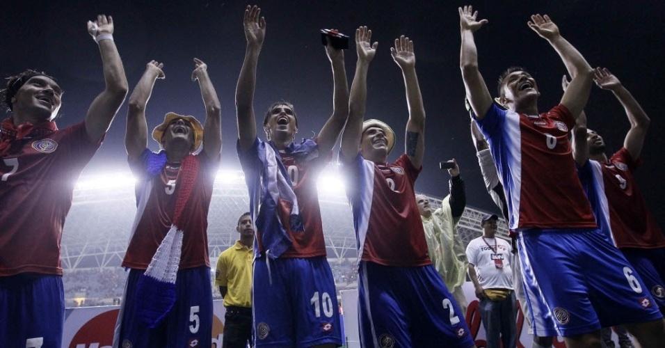15.out.2013 - Jogadores da Costa Rica comemoram após a vitória por 2 a 1 sobre o México; seleção havia se classificado de forma antecipada para a Copa do Mundo-2014