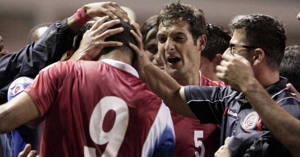 15.out.2013 - Jogadores da Costa Rica comemoram um dos gols da vitória por 2 a 1 sobre o México pelas eliminatórias da Copa do Mundo-2014