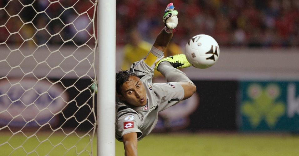 15.out.2013 -Keylor Navas salta para fazer uma defesa complicada na partida contra o México pelas eliminatórias da Copa do Mundo-2014; a Costa Rica venceu por 2 a 1