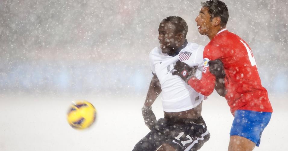 22.mar.2013 - Jozy Altidore (e), dos EUA, e Michael Umaña, da Costa Rica, brigam pela bola durante partida das eliminatórias da Copa do Mundo-2014; norte-americanos venceram por 1 a 0