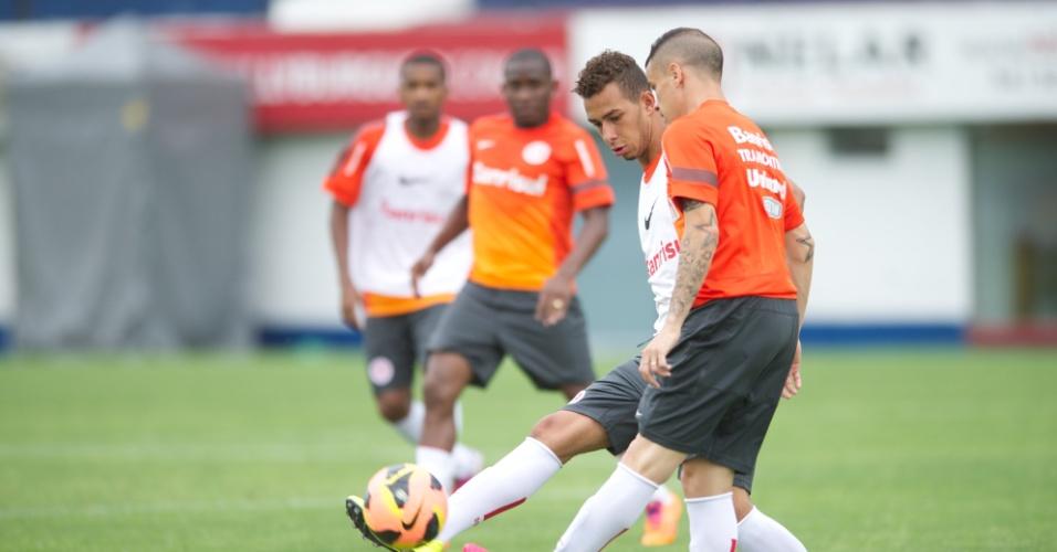 09.11.13 - Volante João Afonso tenta passar pela marcação do meia D'Alessandro em treinamento no estádio Centenário.