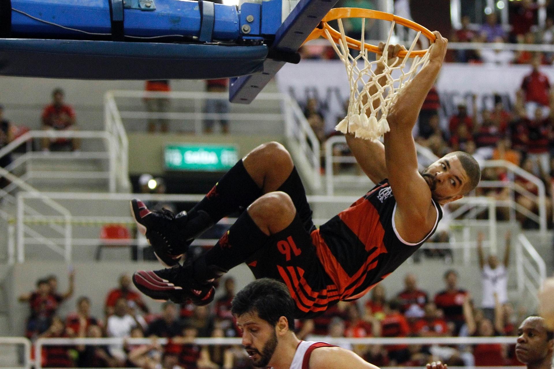 09.nov.13 - Na primeira rodada do NBB, Olivinha, pivô do Flamengo, ultrapassou marca de 3 mil pontos na história da competição