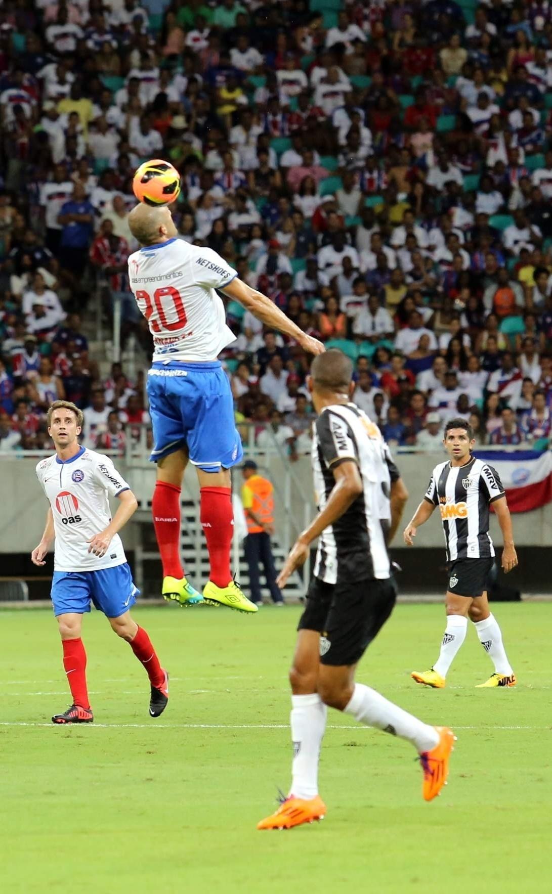 09.nov.2013 - Fernandão, jogador do Bahia, se estica para tentar cabeçar a bola