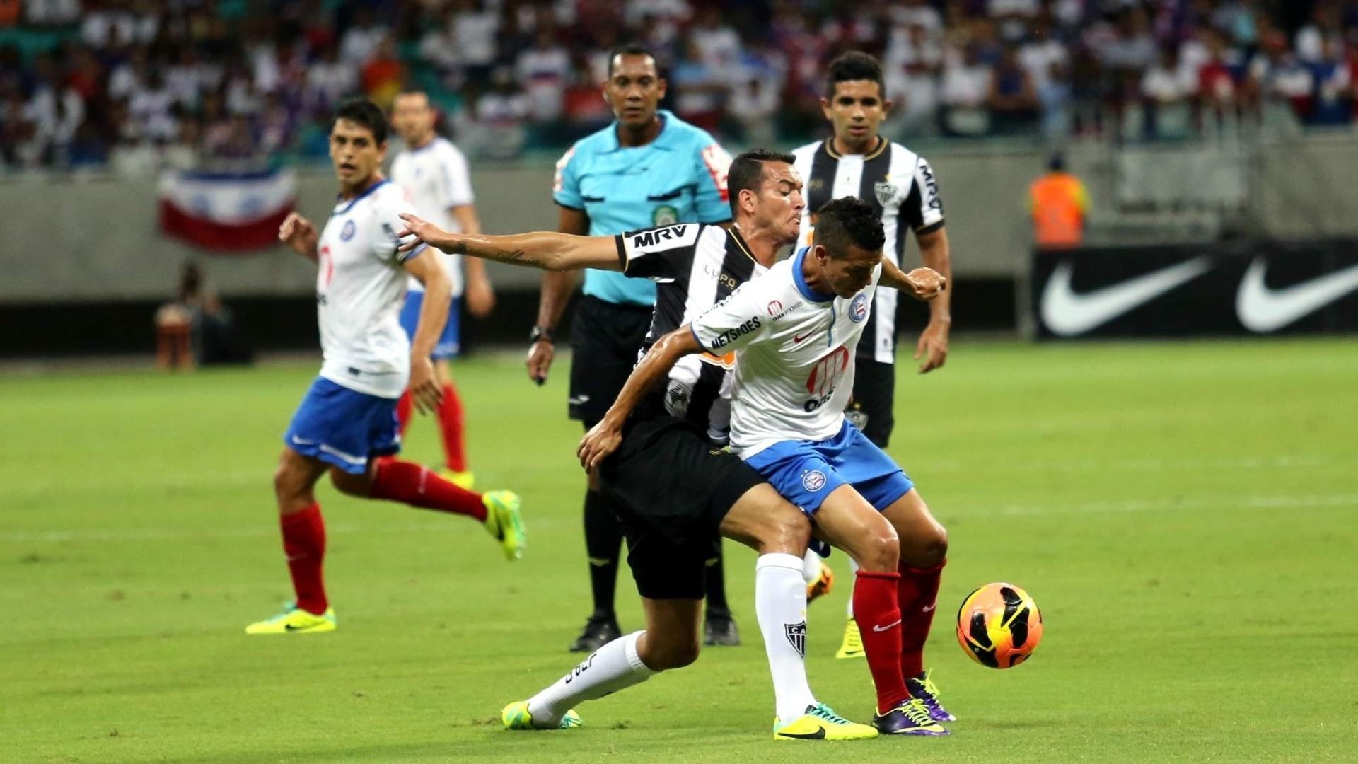 09.nov.2013 - Marquinhos Gabriel, do Bahia, em disputa pela bola