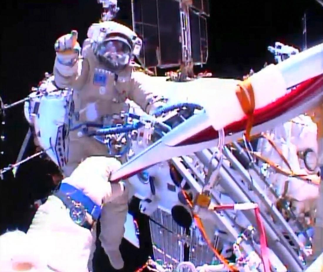 09.nov.2013 - Os astronautas Oleg Kotov e Sergei Rayazansky ficaram responsáveis pelo passeio da tocha no espaço