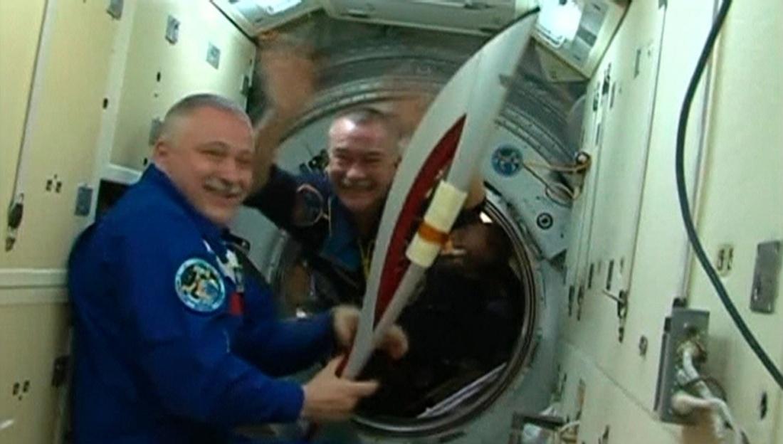 O comandante da expedição, Fyondor Yurchikhin, segura a tocha antes de chegar à Estação