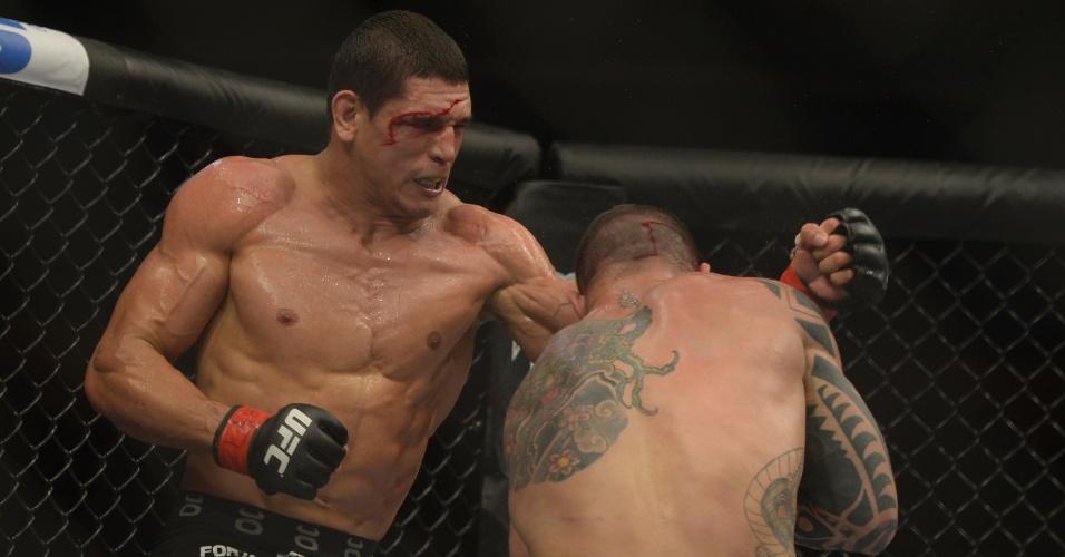 09.nov.2013 - Com o rosto sangrando, Cezar Mutante golpeia contra Daniel Sarafian no co-evento principal do UFC Goiânia