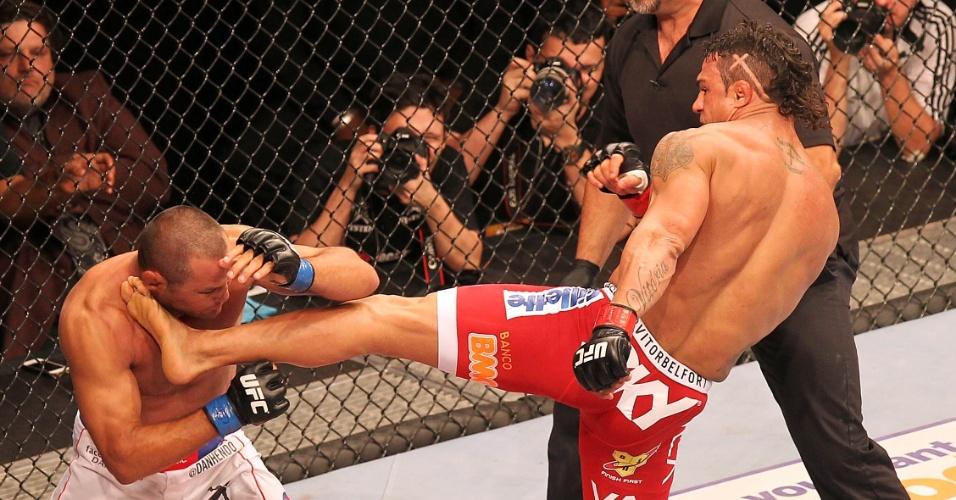09.nov.2013 - Vitor Belfort acerta chute de esquerda na cabeça de Dan Henderson e nocauteia americano no primeiro round