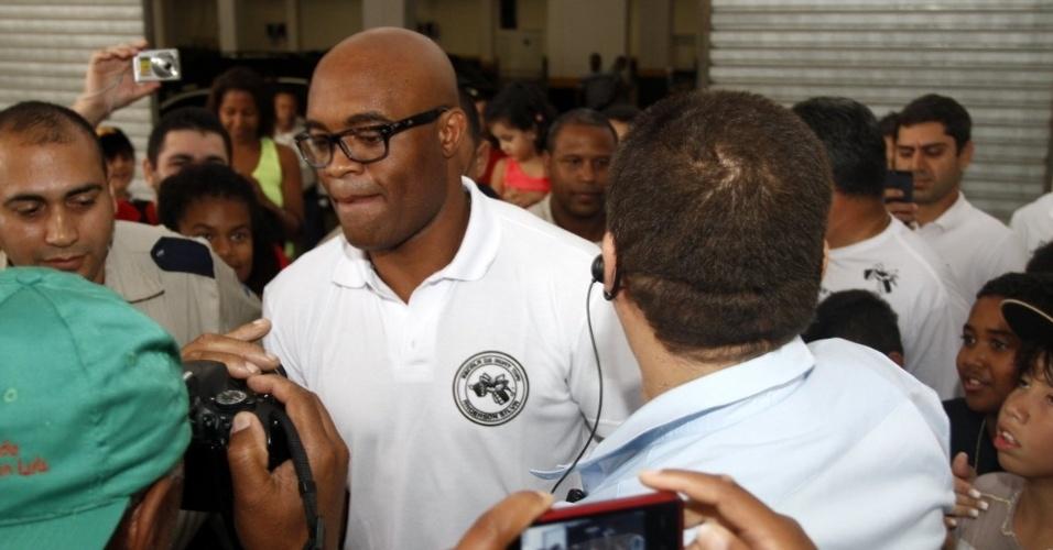 10.nov.2013 - Anderson Silva é cercado por fãs durante lançamento de projeto social na Rocinha, no Rio de Janeiro