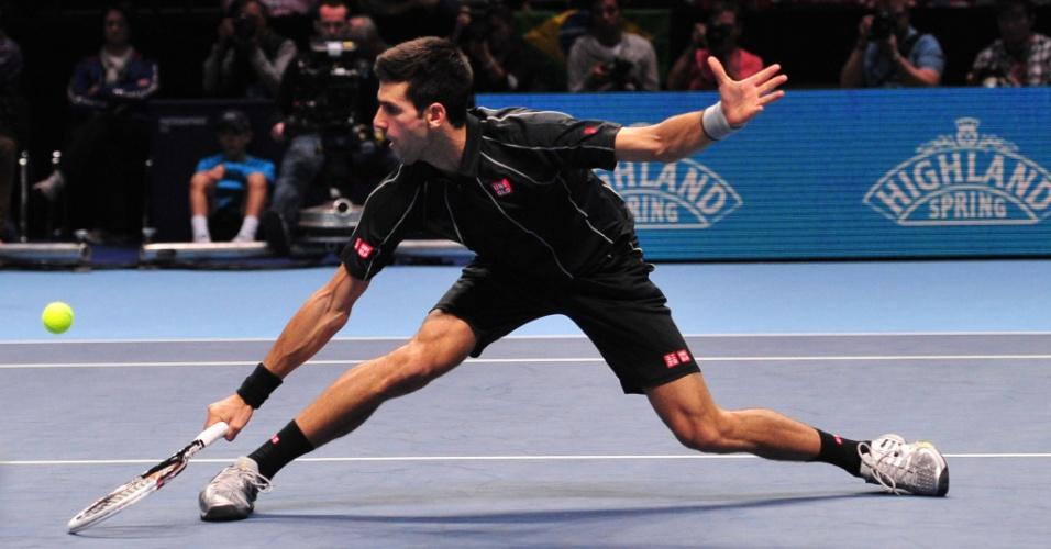 10.nov.2013 - Novak Djokovic devolve bola com estilo em confronto diante de Wawrinka, pelas semifinais