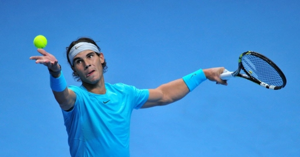 Rafael Nadal disputa primeiro set contra Roger Federer. Espanhol levou a melhor, fazendo 7 a 5 no set inicial, em jogo disputado em Londres