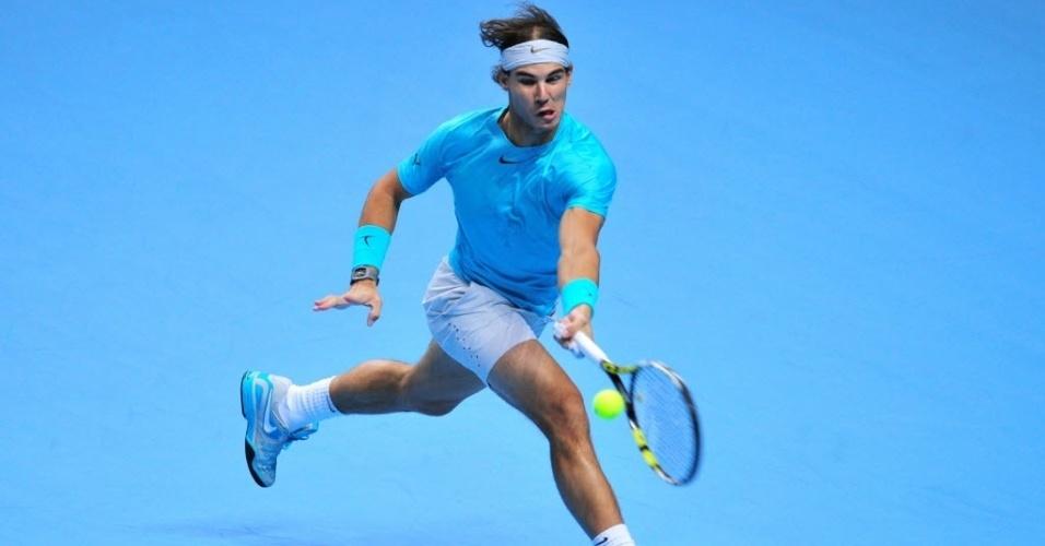 Rafael Nadal devolve bola em primeiro set contra Roger Federer. Espanhol fez 7 a 5 no set inicial, em jogo disputado em Londres, pelas finais da ATP