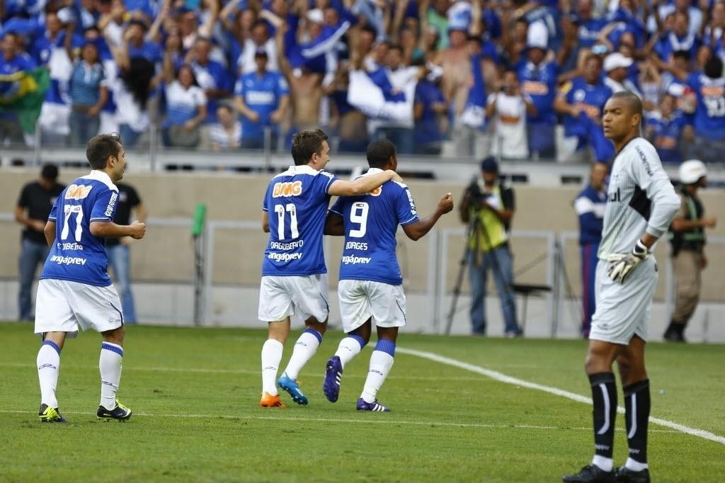 Borges e Dagoberto comemoram gol do Cruzeiro contra o Grêmio pelo Brasileirão