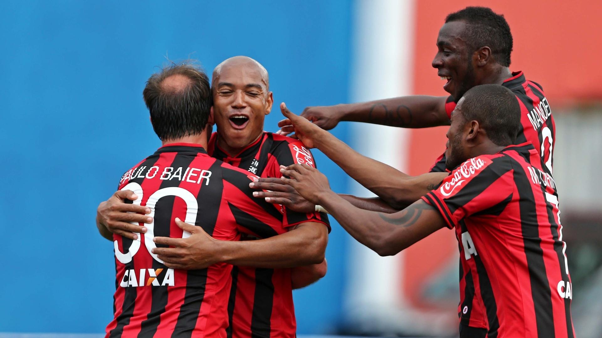 Jogadores do Atlético-PR comemoram gol contra o São Paulo pelo Brasileirão