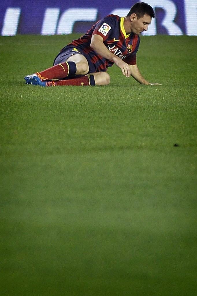 Messi cai após sentir lesão na coxa esquerda. Barcelona informa que argentino passará por exames na segunda