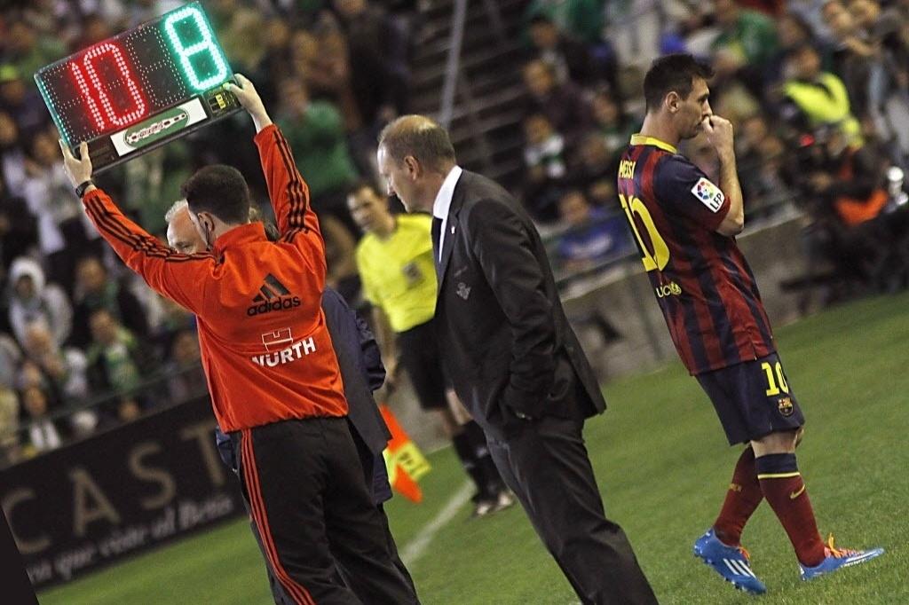 Messi deixa campo no primeiro tempo sentindo dores