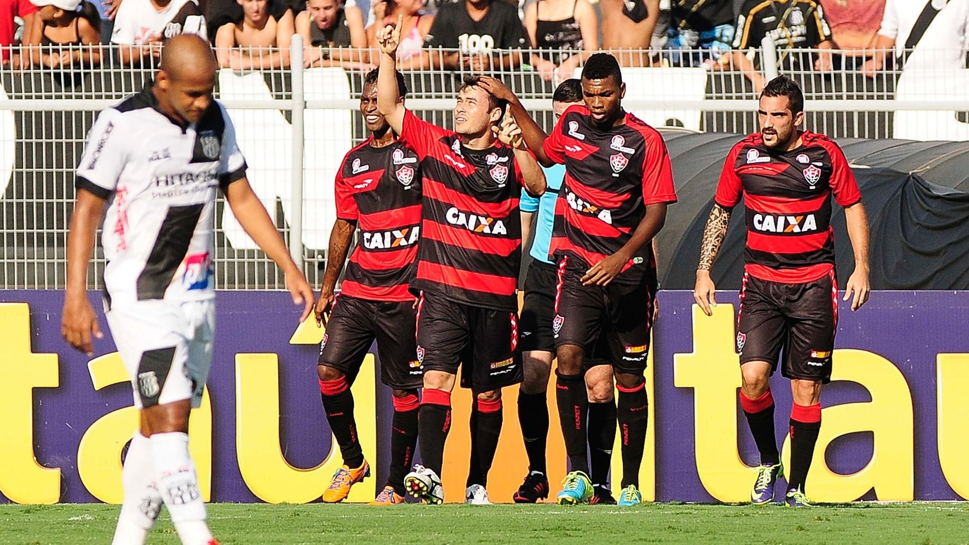 Renato Cajá comemora gol do Vitória contra a Ponte Preta pelo Brasileirão