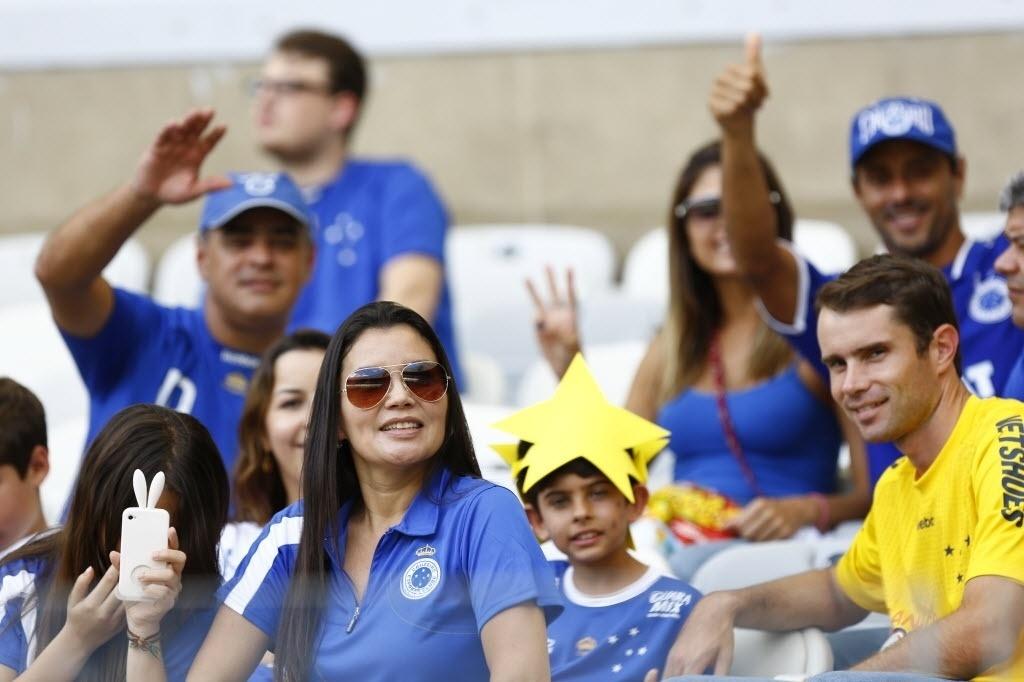 Torcedores aguardam início de jogo entre Cruzeiro x Grêmio. Cruzeiro leva a taça se vencer e o Atlético-PR não ganhar