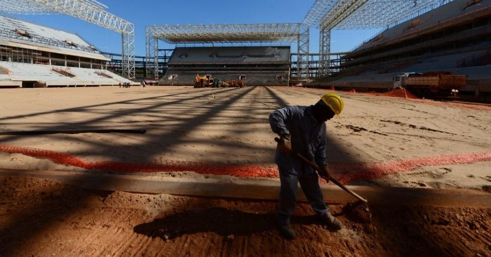 11.nov.2013 - Operário trabalha nas obras da Arena Pantanal, em Cuiabá. Estádio receberá quatro partidas da Copa 2014