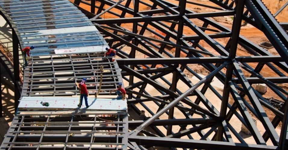 11.nov.2013 - Operários trabalham na cobertura da Arena Pantanal, estádio que está sendo construído para sediar quatro partidas da Copa 2014