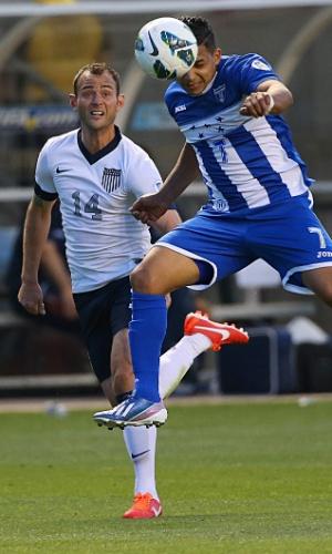 18.jun.2013 - Emilio Izaguirre (d), de Honduras, leva a melhor na disputa de bola com Brad Davis, dos EUA, durante partida pelas eliminatórias da Copa-2014