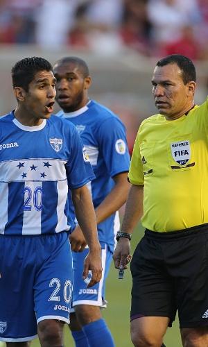 18.jun.2013 - Jorge Claros (e), de Honduras, reclama de marcação do árbitro em lance da partida contra os EUA pelas eliminatórias da Copa-2014