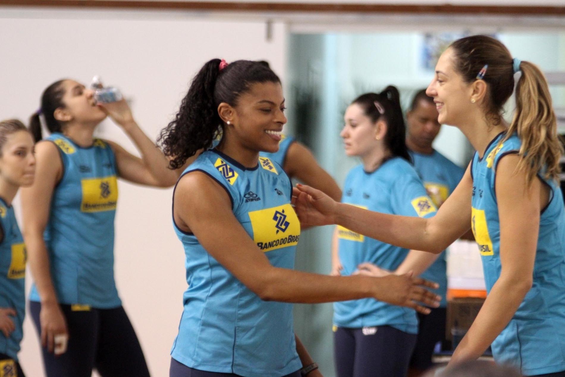 31.out.2013 - Fernanda Garay (e) e Carol Gattaz participam de treino da seleção feminina em Saquarema (RJ) visando à Copa dos Campeões de vôlei