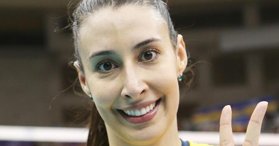 12.nov.2013 - Sheilla recebe o prêmio de melhor jogadora da partida na vitória do Brasil sobre os EUA na Copa dos Campeões de vôlei