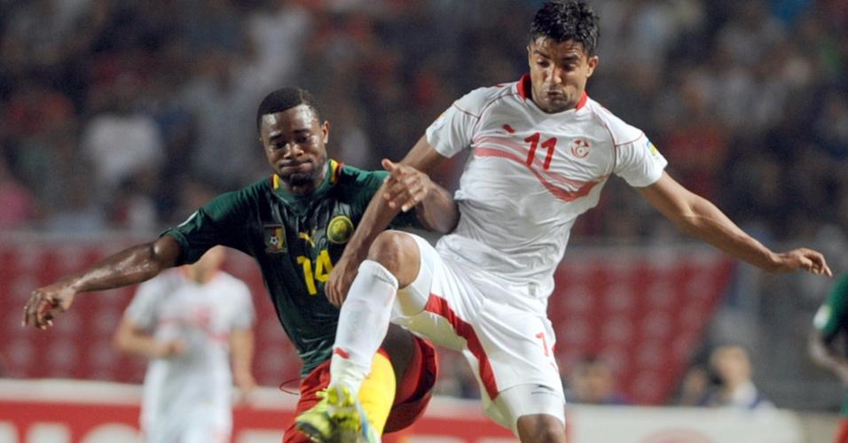 13.out.2013 - Sami Allagui (d), da Tunísia, disputa jogada com Fongang Chedjou, de Camarões, em partida pelas eliminatórias da Copa-2014; jogo terminou 0 a 0