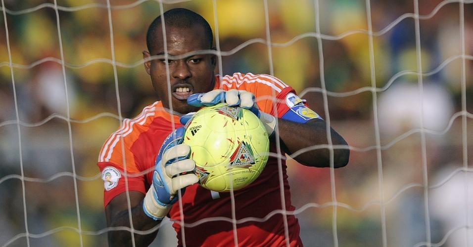 13.out.2013 - Vincent Enyeama, goleiro da Nigéria, faz uma defesa durante a partida contra a Etiópia pelas eliminatórias da Copa-2014; nigerianos venceram por 2 a 1