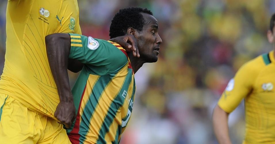 16.jun.2013 - Saladin Said, da Etiópia, tenta se livrar da marcação de Calvin Anele, da África do Sul, durante partida pelas eliminatórias da Copa-2014