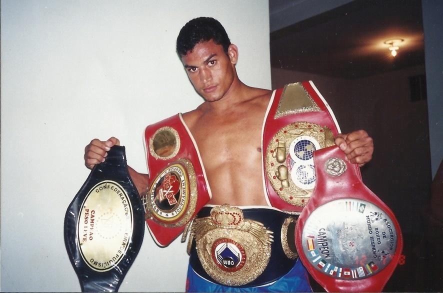 Acelino Popó Freitas exibe cinturões; baiano conquistou quatro em duas categorias de peso no boxe