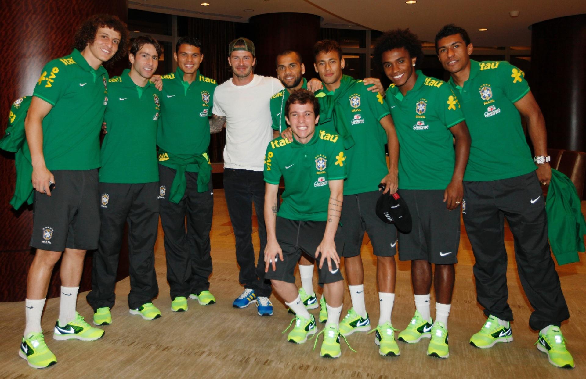Jogadores da seleção brasileira posam para foto com David Beckham