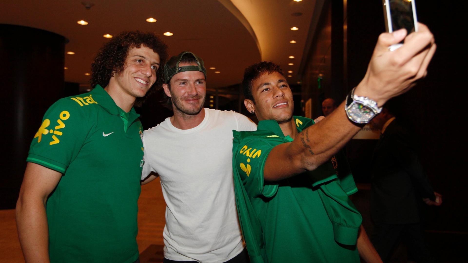Neymar tira foto ao lado de Beckham e David Luiz