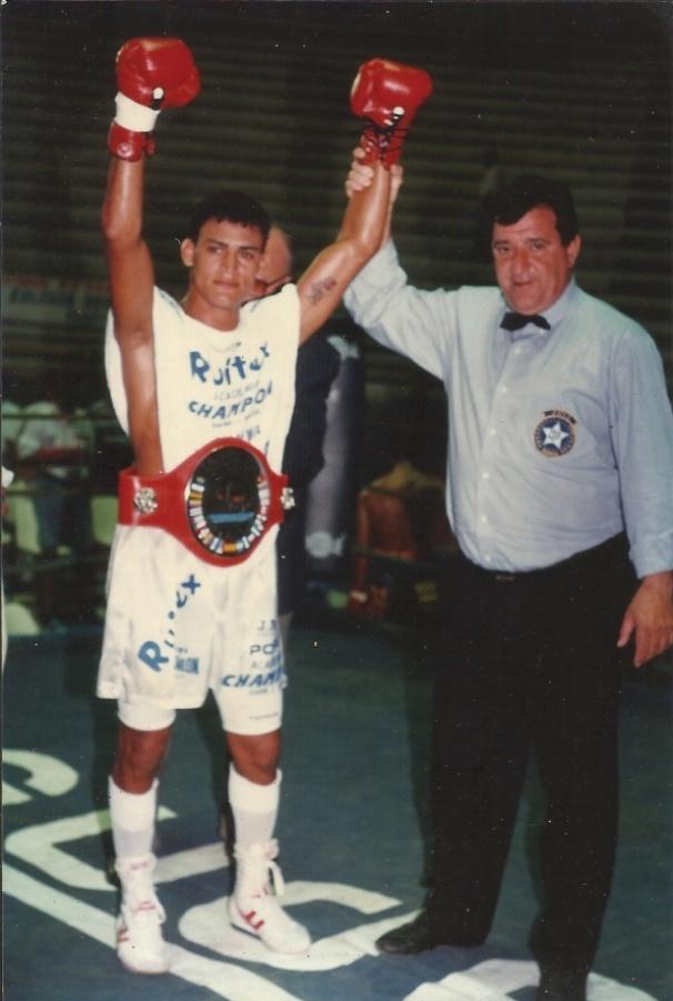 Popó comemora uma de suas vitórias ainda no começo de carreira; baiano conquistou quatro cinturões, em duas categorias