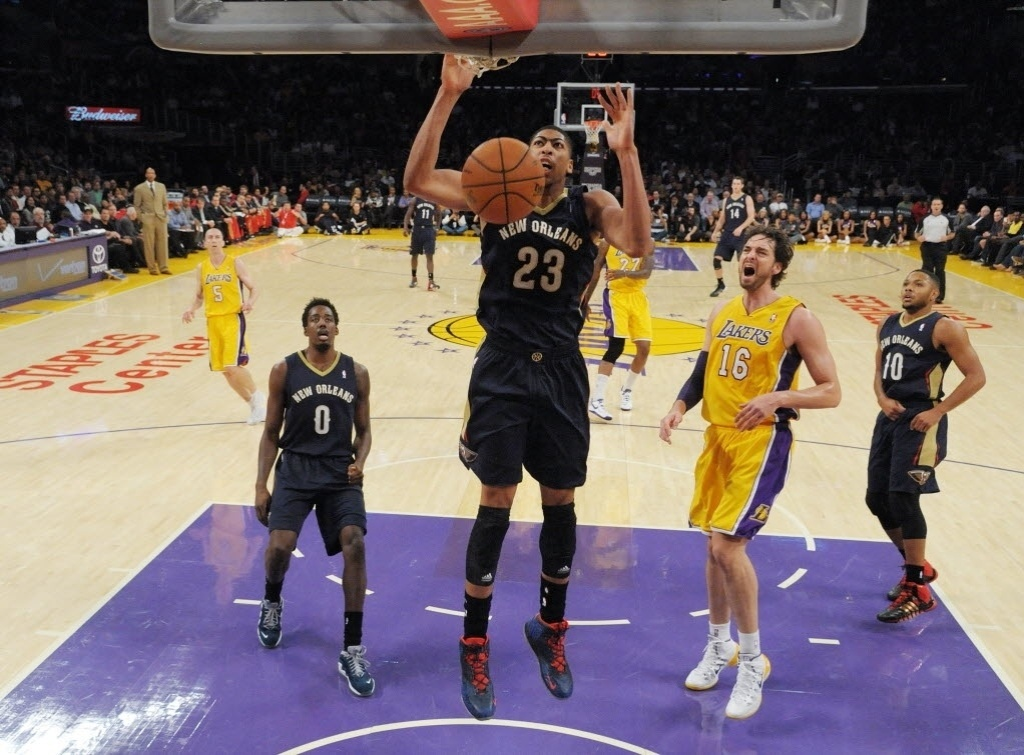 13.nov.2013 - Anthony Davis enterra a bola na derrota do New Orleans Pelicans para o Los Angele Lakers por 116 a 95