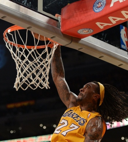 13.nov.2013 - Jordan Hill dá enterrada no triunfo do Los Angeles Lakers sobre o New Orleans Pelicans por 116 a 95