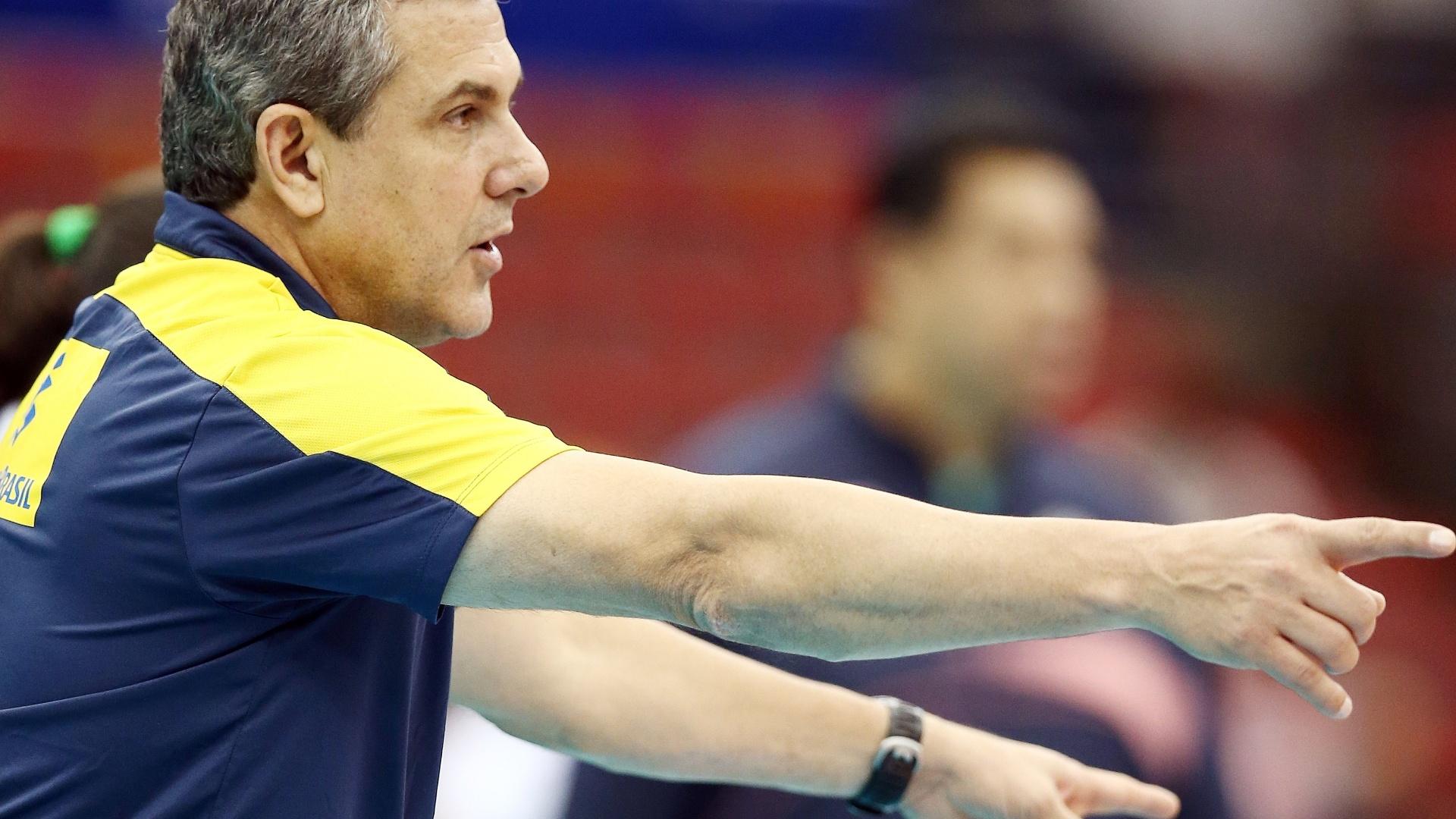 13.nov.2013 - José Roberto Guimarães passa instruções para a seleção na partida contra a Tailândia