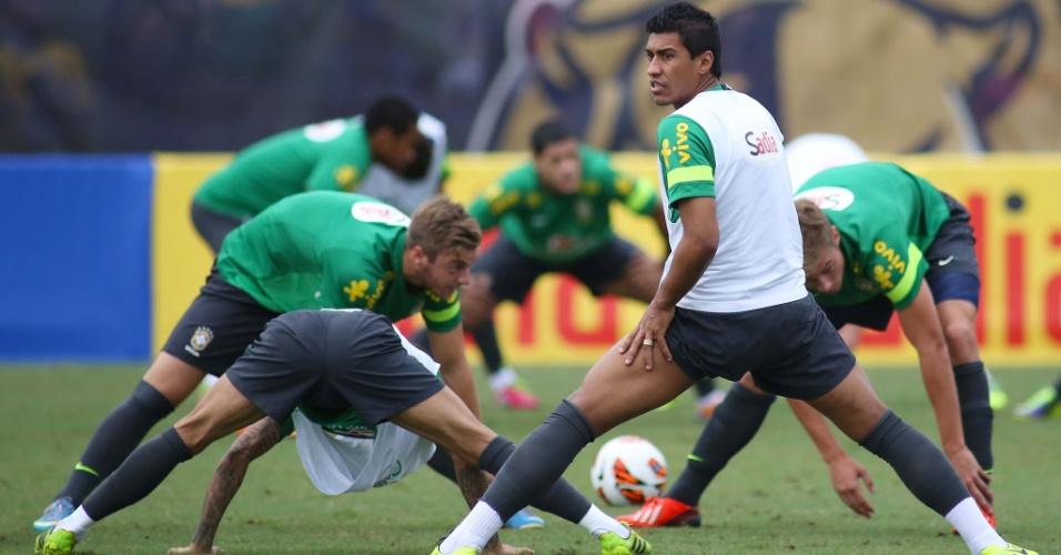 13.nov.2013 - Paulinho faz alongamento durante treino da seleção brasileira
