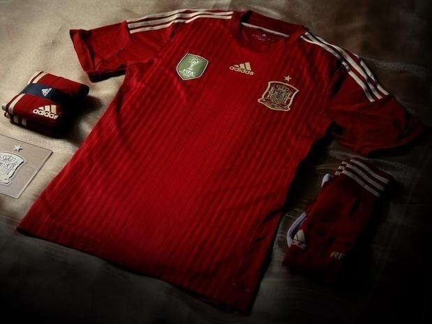 13.nov.2013 - Camisa da seleção espanhola volta a ficar praticamente inteira vermelha